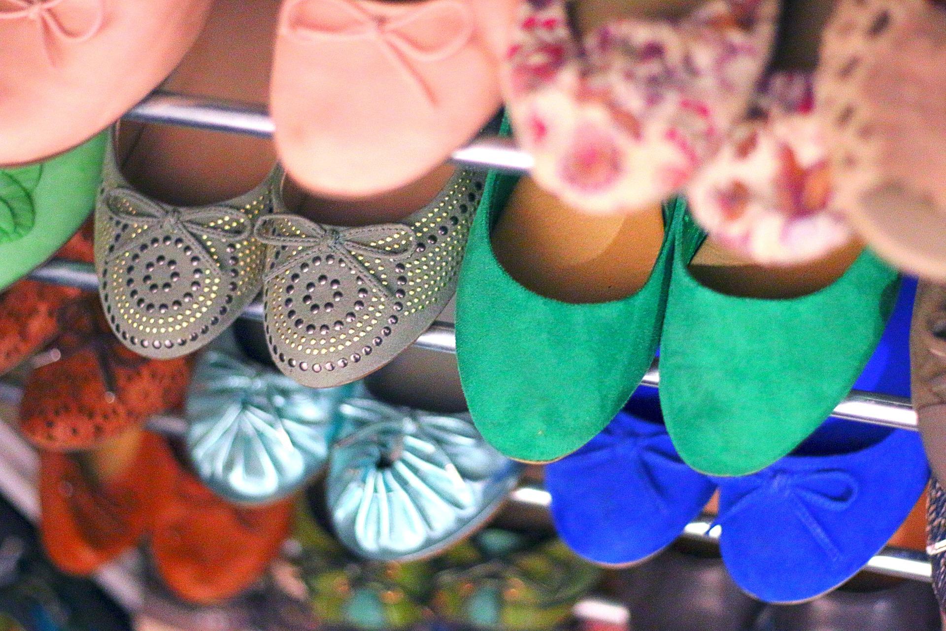 Pantofle s plochou podrážkou, nebo sandálky? Co si vybrat pro slunečné letní dny?