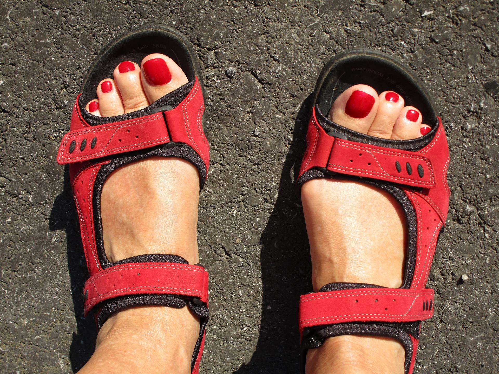 Elegantní, barevné a nebo sportovní – Jaké sandály zvolit?