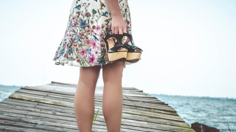 Jsou žabky na podpatku dobrý nápad pro zralou ženu?